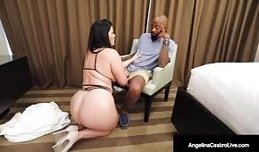 Der fette Cupcake fällt vor dem Schwarzen auf die Knie