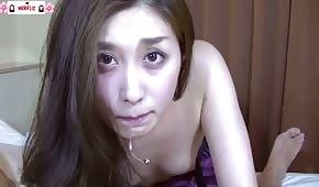 Süßes asiatisches Mädchen wichst gerne einen Schwanz