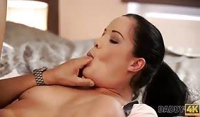 Brünette lutscht beim Sex ihren großen Zeh