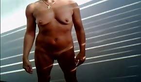 Nackte Amateurin masturbiert auf einem Ständer