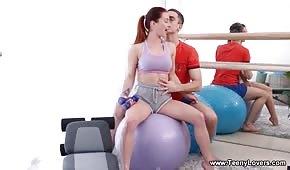 Sex vor dem Spiegel mit einer sportlichen Tussi