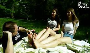 Der Typ hat die jungen Füße im Park geleckt