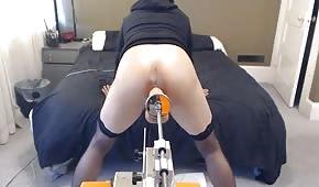 Kleines Luder wird von einer Sexmaschine penetriert