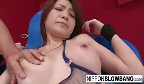 Mit Vibratoren am Körper einer heißen Asiatin