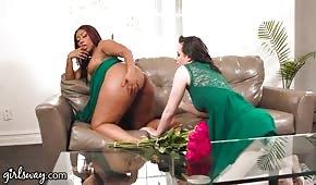 Sie hat einem mega sexy schwarzen Mädchen die Löcher geleckt