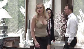 Die Blondine bringt einer Brünetten bei, wie man einen Blowjob macht