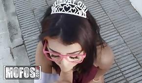 Prinzessin lutscht einen Schwanz, bevor sie Sex hat