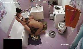 Eine Schlampe macht einen Blowjob im Badezimmer