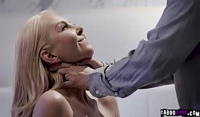 Guter Sex mit einer Blondine vor dem Spiegel