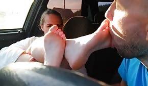 Er hat die Füße des jungen Kükens geküsst
