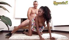 Sex auf dem Teppich mit einer netten schwarzen Frau