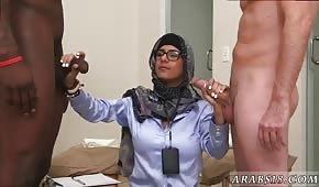 Eine schüchterne Araberin peitscht zwei Schwänze aus
