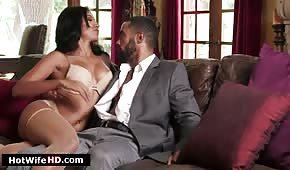 Sex auf einer Ledercouch mit einer Latina