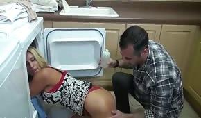 Sie blieb im Kühlschrank stecken und wurde gefickt